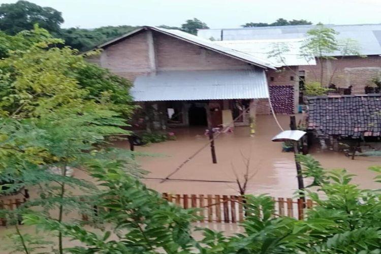Banjir yang merendam pemukiman warga di empat kecamatan di Kabupten Bima, NTB belum sepenuhnya surut. Saat ini sebagian warga memilih tetap bertahan di pengungsian karena rumahnya sudah tidak dapat ditinggali akibat tergenang air.