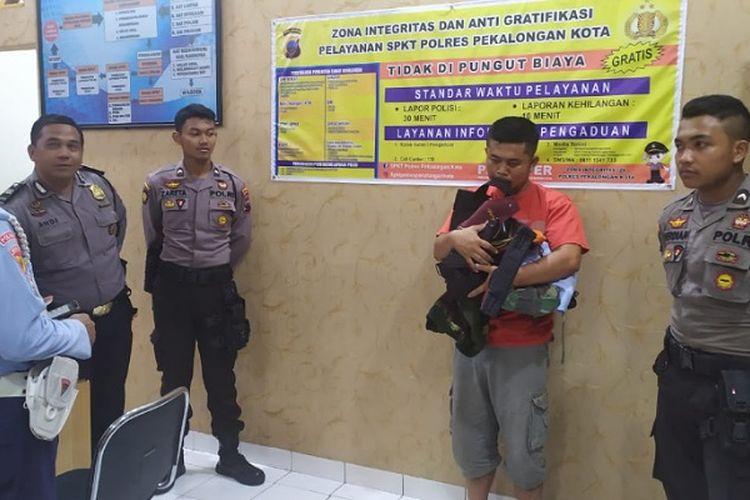 M Saiful Muis TNI AU gadungan saat diserahkan ke Polres Pekalongan Kota Jawa Tengah.