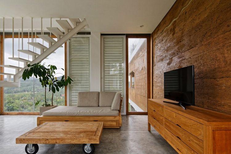 Dindingnya dibuat dari papan setebal 30 sentimeter untuk membantu mencegah panas berlebihan karena cuaca yang panas dan lembap.