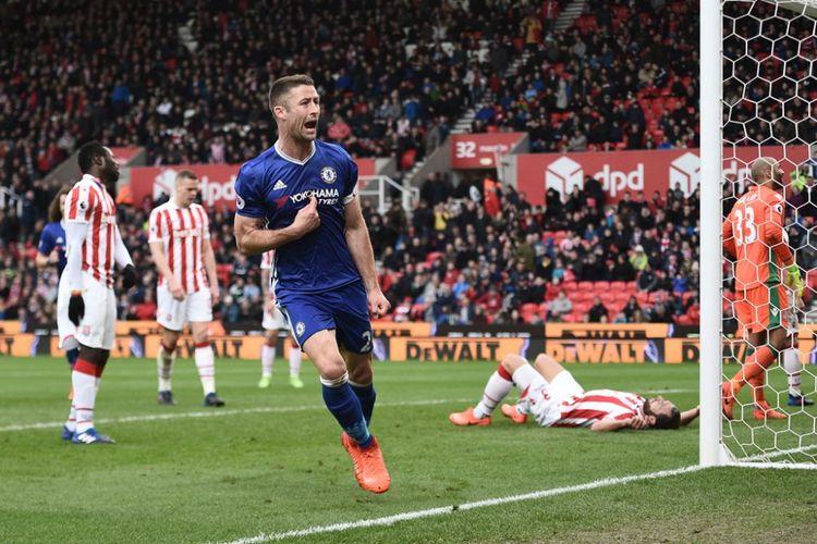 Pemain belakang Chelsea, Gary Cahill, merayakan golnya ke gawang Stoke City pada partai lanjutan Premier League - kasta pertama Liga Inggris - di Stadion Britannia, Sabtu (18/3/2017).