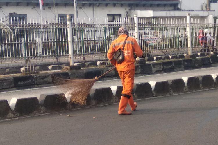 Petugas PPSU yang siaga menjaga kebersihan Jakarta di Malam Takbir, Kamis (14/6/2018)