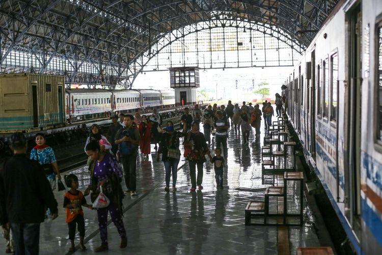 Sejumlah penumpang berjalan disamping gerbong kereta rel listrik di Stasiun Tanjung Priok, Jakarta Utara, Kamis (7/9/2017). Sejak di operasikan kembali rute stasiun Tanjung Priok-Jakarta Kota pada Desember 2015, jumlah penumpang yang naik dan turun terus meningkat rata-rata 1.000 orang hari biasa dan hari libur mencapai 1.300 orang
