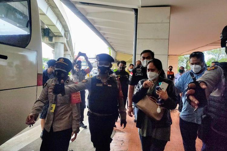 Pihak keluarga penumpang pesawat Sriwijaya Air yang hilang kontak tinggalkan Bandara Soekarno-Hatta menuju RS Polri Kramat Jati, Minggu (10/1/2021)