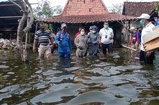 Risma Kunjungi Korban Banjir Demak Bawa Makanan dan Selimut, Warga: Saya Tak Tahu Itu Menteri