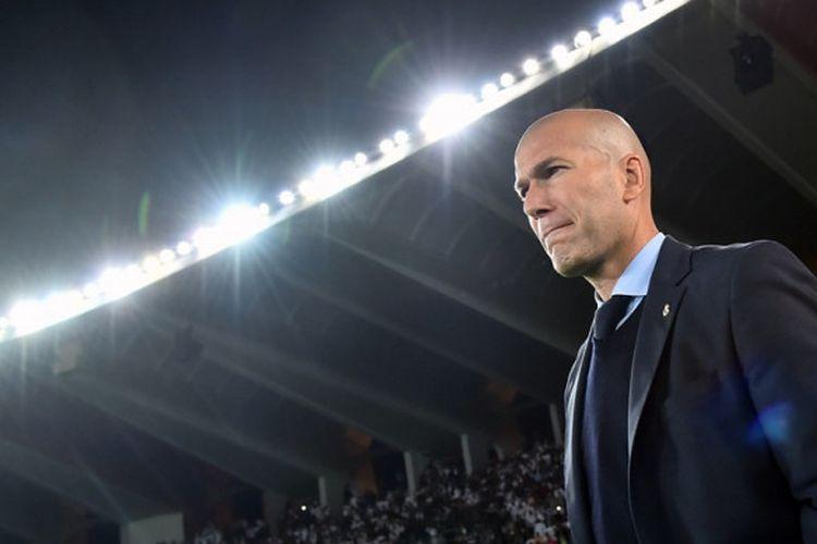 Zinedine Zidane mendampingi Real Madrid saat melawan Al Jazira pada laga semifinal Piala Dunia Antarklub di Stadion Zayed Sports City, Abu Dhabi, Kamis (14/12/2017) dini hari WIB.