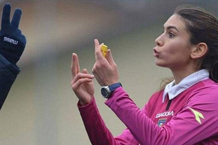 Wasit wanita yang bertugas di kompetisi terendah Lega Calcio, Elena Tambina (kanan).