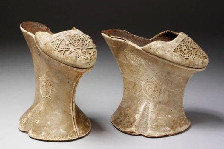 Sepatu berhak tinggi 60 cm dari zaman kuno. [Victoria And Albert Museum Via Listverse]