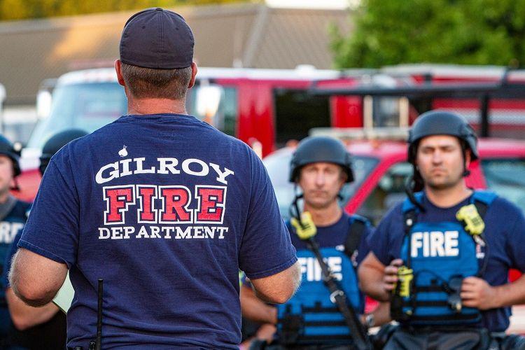 Petugas darurat tiba di lokasi penembakan di Festival Bawang Putih di Gilroy, California, Minggu (28/7/2019).