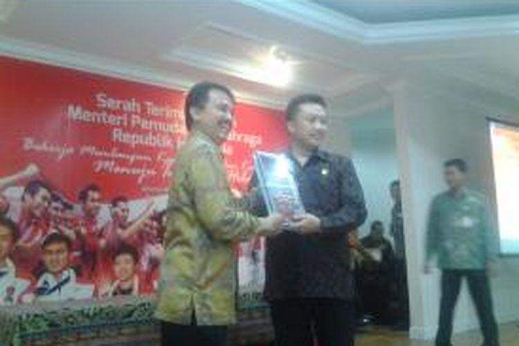 Menteri Pemuda dan Olahraga periode 2013-2014, Roy Suryo, menyerahkan sejumlah berkas ke Menpora yanh baru, Imam Nahrawi di Wisma Menpora, Jakarta, Rabu (29/10/2014).