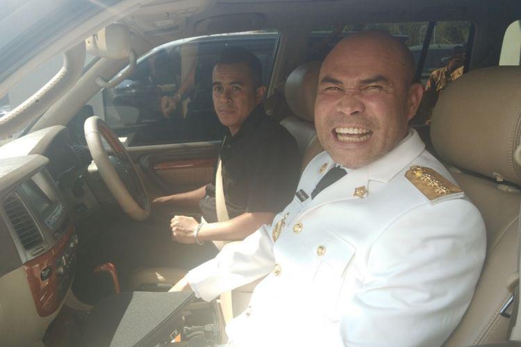 Gubernur Nusa Tenggara Timur (NTT) Viktor Bungtilu Laiskodat, saat berada di dalam mobil jenis Lexus LX 470