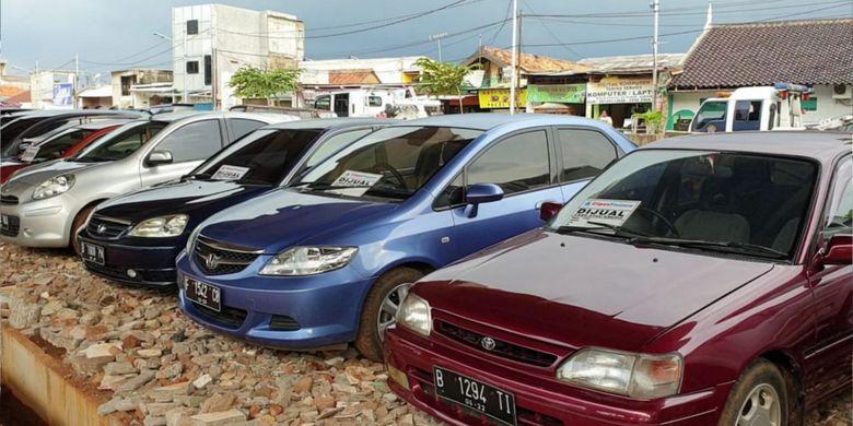 Kolong tol Becakayu dijadikan tempat berjualan mobil bekas, Jakarta Timur, Senin (11/2/2019)