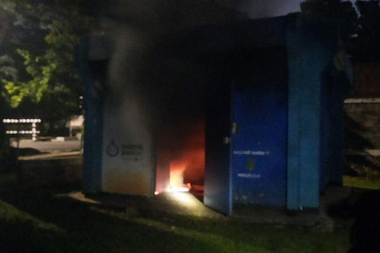 Gardu listrik di Kompleks Korps Denjaka Jalan Lapangan Tembak RT 13 RW 05, Cilandak Timur, Jakarta Selatan meledak dan terbakar pada Sabtu (17/4/2021).