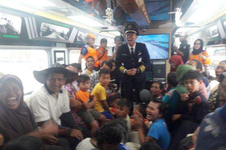 Puluhan warga tampak senang saat diberi kesempatan naik kereta meski hanya sebentar, Kamis (03/10/2019).