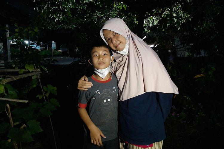 Siti Rohayanti saat berfoto bersama anaknya Muhammad Rizqi Maulana di halaman depan rumahnya.