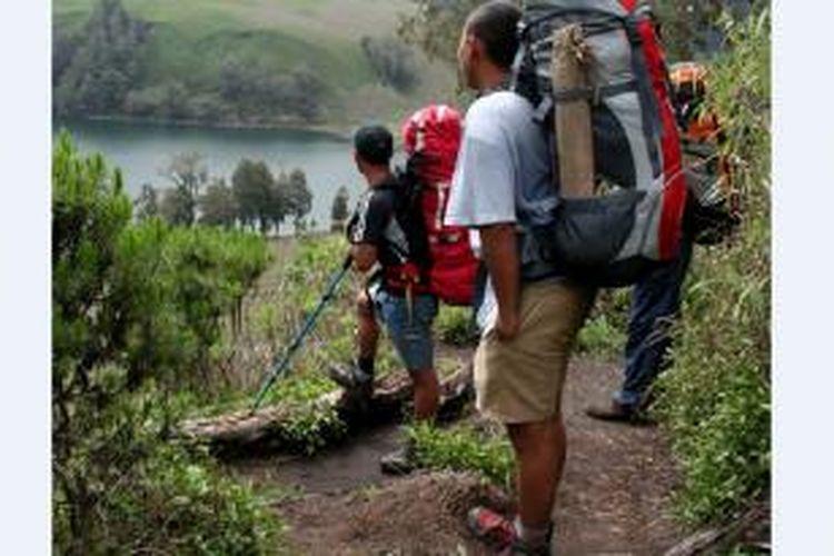 Seperti kegiatan di alam bebas lainnya, sejatinya, mendaki gunung bagaikan sedang menjalani kehidupan. Aktivitas pendakian gunung memiliki banyak bahan pengajaran pendidikan karakter yang pastinya dibutuhkan seseorang jika ingin sukses dan bahagia dalam hidupnya.
