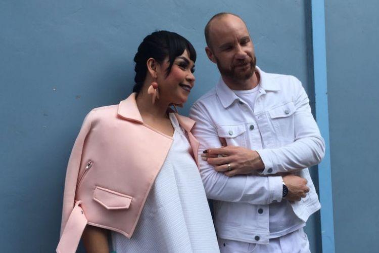 Melaney Ricardo dan suaminya berpose seusai menjalani shooting program bincang-bincang Brownis di Gedung Trans, Mampang Prapatan, Jakarta Selatan, Rabu (30/8/2017).
