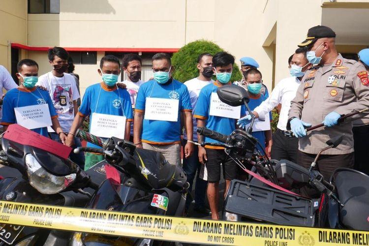 Lima anggota komplotan spesialis curanmor dibekuk Polres Cianjur, Jawa Barat, berikut barang bukti 19 sepeda motor, dua mobil dan 1 truk.