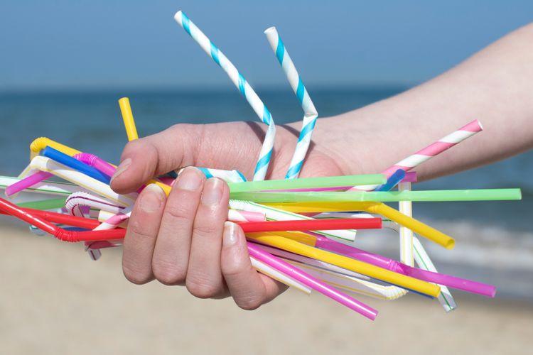 Sampah sedotan plastik