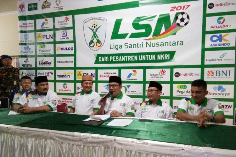 Wali Kota Bandung Ridwan Kamil bersama para penggagas Liga Santri Nusantara saat menggelar jumpa pers di GOR Pajajaran, Senin (23/10/2017) malam.