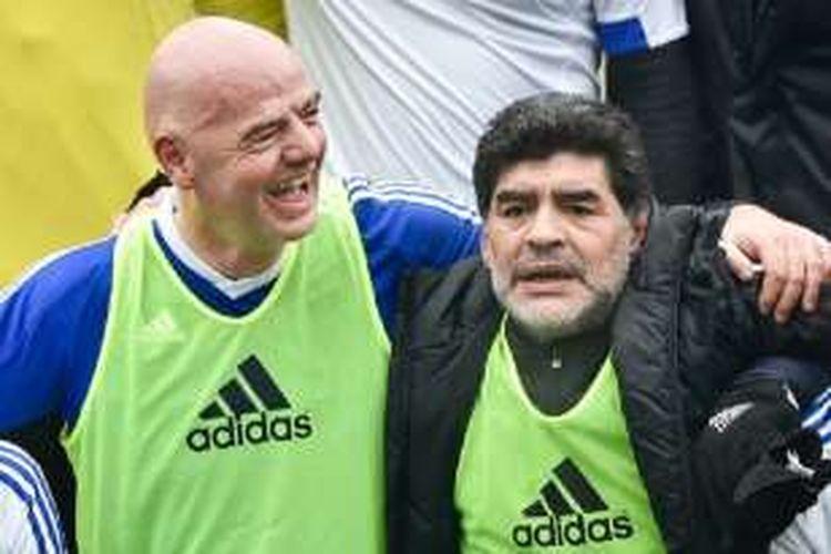 Presiden FIFA, Gianni Infantino, dan Diego Maradona main sepak bola bersama sebelum FIFA Gala di Zurich, Senin (9/1/2016).