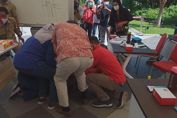 Wali Kota Surabaya Tri Rismaharini saat bersujud sambil menangis di hadapan para dokter saat menggelar audiensi bersama IDI Surabaya di Balai Kota Surabaya, Senin (29/6/2020).