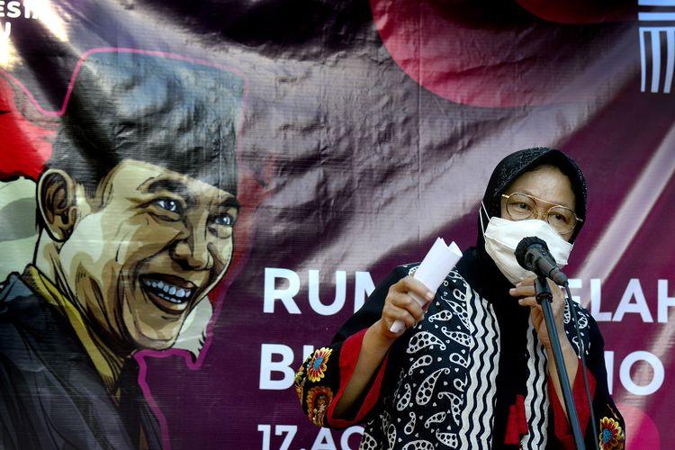 Wali Kota Surabaya Tri Rismaharini memberikan sambutan usai proses penyerahan rumah kelahiran Presiden Pertama RI Soekarno dari ahli waris di Jalan Peneleh gang Pandean IV nomor 40, Kelurahan Peneleh, Kecamatan Genteng, Kota Surabaya, Senin (17/8/2020).