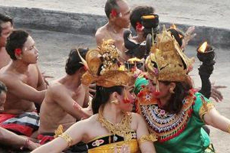 Tarian Kecak di Kawasan Pura Uluwatu, Desa Pecatu, Kecamatan Kuta, Kabupaten Badung, Bali.