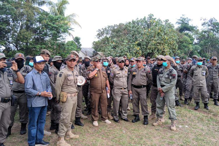 Kabid Penegakan Perda Satpol PP Kota Depok, Taufik (memegang microphone) saat berdialog dengan warga Kampung Bulak, di Kampung Bulak, Depok, Jawa Barat, Senin (11/11/2019).