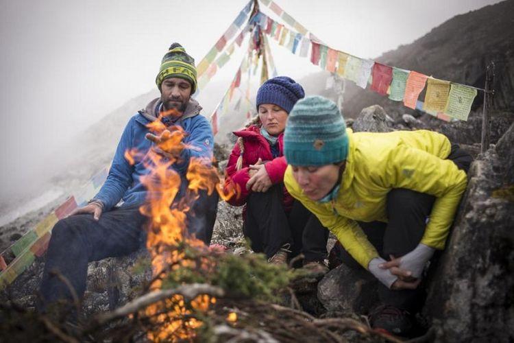 Tim pendaki Hkakabo Razi dari ekspedisi North Face - National Geographic yakni Renan Ozturk, Emily Harrington, dan Hillary O Neill berada di basecamp Gunung Hkakabo Razi.