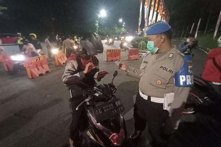 Sejumlah kendaraan roda dua dan roda empat diperiksa petugas gabungan di pos penyekatan Bundaran Waru, perbatasan Kota Surabaya dan Kabupaten Sidoarjo, Jawa Timur, Kamis (6/5/2021) dini hari WIB.