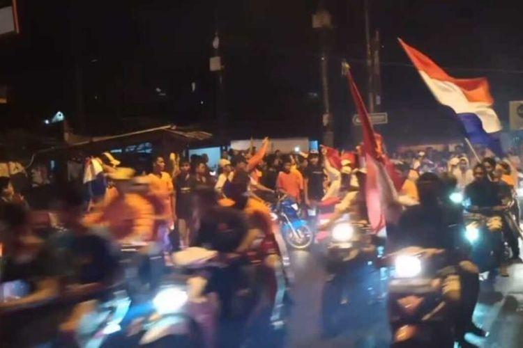 Ribuan warga di Kota Ambon menggelar konvoi di jalan untuk merayakan kemenangan timnas Belanda atas Mecadonia Utara, Selasa dinihari (22/6/2021)