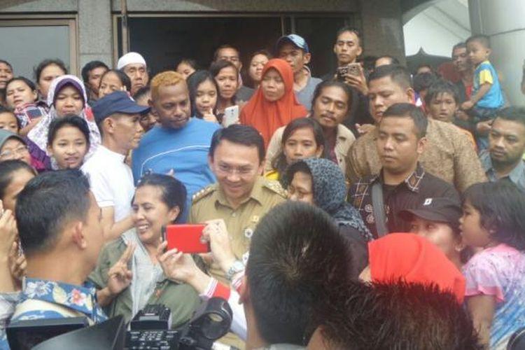 Gubernur DKI Jakarta Basuki Tjahaja Purnama meninjau Masjid Raya Universitas Borobudur, tempat pengungsian warga Cipinang Melayu, yang menjadi korban banjir, Senin (20/2/2017).