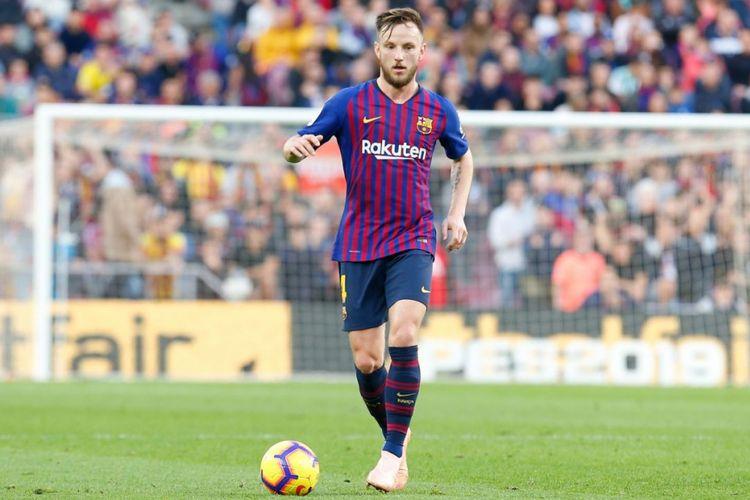 Gelandang FC Barcelona, Ivan Rakitic, beraksi pada laga Liga Spanyol kontra Real Betis di Stadion Camp Nou, Barcelona, Spanyol, 11 November 2018.