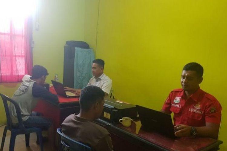 Tersangka tindak pidana persetubuhan dengan anak di bawah umur, dalam kasus video asusila warga Sambas, saat diperiksa penyidik Unit Reskrim Polsek Paloh. Tiga pria telah ditetapkan sebagai tersangka dalam kasus ini.