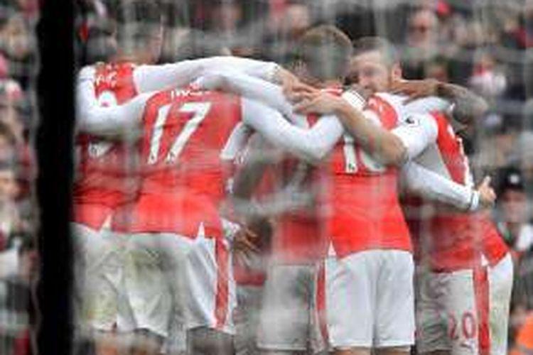 Para pemain Arsenal merayakan gol ke gawang Tottenham Hotspur pada partai lanjutan Premier League di Stadion Emirates, Minggu (6/11/2016).