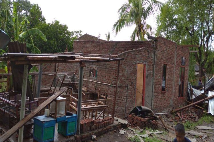 Hujan lebat disertai angin puting beliung menyebabkan puluhan rumah warga di Desa Lanci Jaya, Kecamatan Manggelewa, Kabupaten Dompu, mengalami kerusakan, Minggu (22/11/2020). Akibatnya, sebanyak 21 rumah warga dilaporkan mengalami kerusakan. Kejadian tersebut juga mengakibatkan 4 warga terluka setelah tertimpa material bangunan yang berjatuhan.