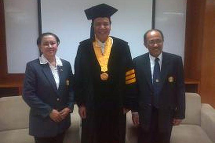 Universitas Padjadjaran (UNPAD) Bandung memberikan gelar Doktor Honoris Causa (HC) kepada pengusaha media massa, Chairul Tanjung yang sempat menggebrak dengan buku otobiografinya berjudul 'Si Anak Singkong', Kamis (12/12/2013).