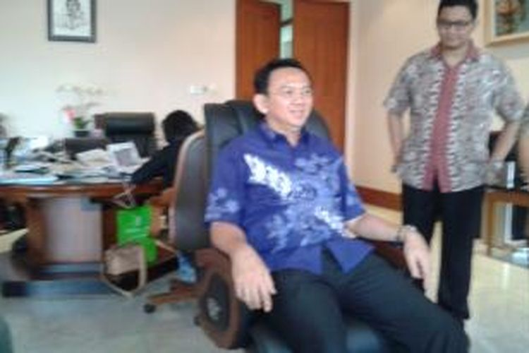 Wakil Gubernur DKI Jakarta Basuki Tjahaja Purnama saat menjajal kursi kerjanya yang baru, Kamis (27/3/2014)