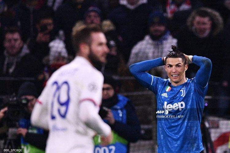 Juventus Portuguese forward Cristiano Ronaldo (R) reacts during the UEFA Champions League round of 16 first-leg football match between Lyon and Juventus at the Parc Olympique Lyonnais stadium in Decines-Charpieu, central-eastern France, on February 26, 2020. (Photo by FRANCK FIFE / AFP)