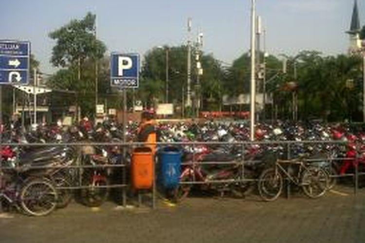 Lahan parkir di Sarinah Thamrin Plaza, Jakarta Pusat, Rabu (12/11/2014).