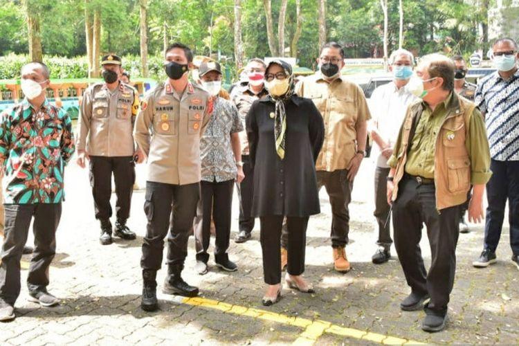 Bupati Bogor Ade Yasin saat berkunjung ke Taman Safari Bogor, Cisarua, Kabupaten Bogor, Jawa Barat, Kamis (26/8/2021).