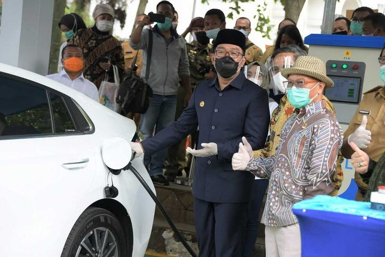 Gubernur Jawa Barat Ridwan Kamil meresmikan pengoperasian Stasiun Pengisian Kendaraan Listrik Umum (SPKLU) PT PLN (Persero) yang berlokasi di Area Parkir Timur Gedung Sate, Kota Bandung, Senin (2/11/2020).