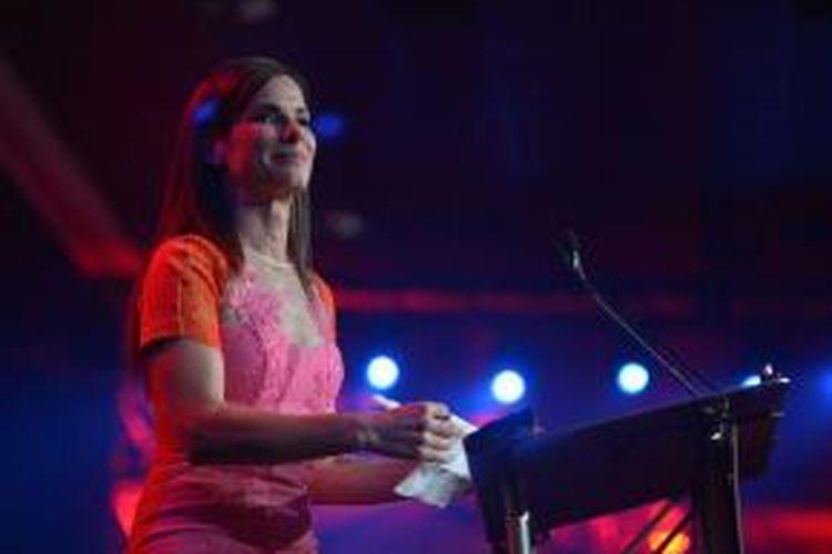 Sandra Bullock menerima penghargaan The Desert Palm Achievement untuk aktris dalam acara penyerahan penghargaan-penghargaan Palm Springs International Film Festival ke-25 di Palm Springs Convention Center, California, AS, 4 Januari 2014.