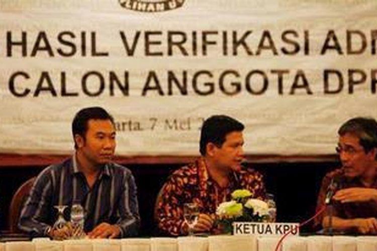 Ketua Komisi Pemilihan Umum, Husni Kamil Manik (tengah) dan komisioner KPU, Sigit Pamungkas (kiri) dan Hadar Nafis Gumay mengumumkan hasil verifikasi administrasi bakal calon legislatif di Jakarta, Selasa (7/5/2013). KPU juga mengumumkan lebih dari 20 nama caleg ganda yang didaftarkan oleh partai politik untuk pemilu legislatif 2014. KOMPAS/LUCKY PRANSISKA