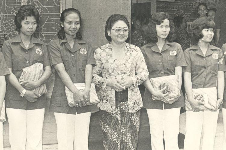 Ny. Tien Soeharto di kediamannya menerima para pemain bulutangkis yang berhasil meraih Piala Uber pada 1975.  Dalam foto tampak para pemain dengan bingkisan dari Ny. Tien bergambar bersama di teras Cendana, dari kiri: Utami Dewi, Taty Soemirah, Ny. Minarni, Ny. Tien Soeharto, Imelda Wiguna, Theresia Widiastuty dan Regina Masli.