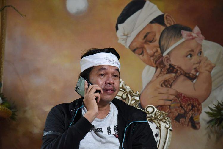 Wakil Ketua Komisi IV DPR Dedi Mulyadi saat menelepon orangtua Rz, bocah penjual jalangkote yang menjadi korban bullying, Senin (18/5/2020).(handout)