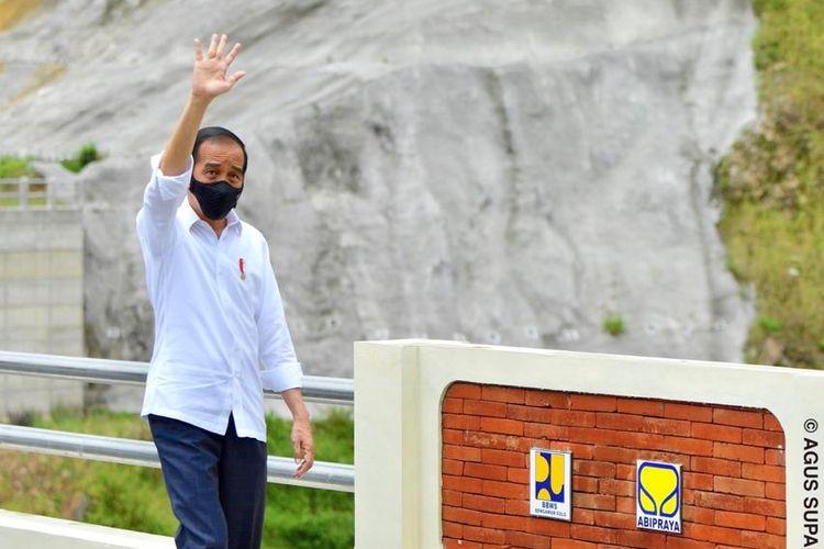 Presiden Jokowi saat berada di Bendungan Tukul di Pacitan, Jawa Timur, usai diresmikan, Minggu (14/12/2021).