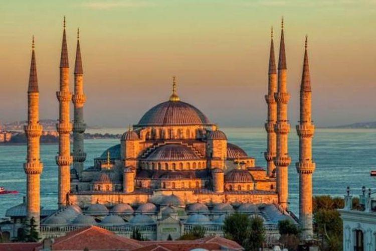 Masjid Biru atau Masjid Sultan Ahmed saat senja hari di Istanbul, Sultanahmet park.