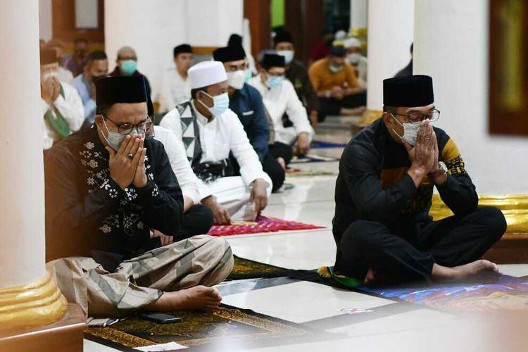 Gubernur Jawa Barat Ridwan Kamil salat subuh berjamaah dengan Gubernur DKI Jakarta Anies Baswedan di Masjid Agung Sumedang, Kabupaten Sumedang, Jumat (11/6/2021).