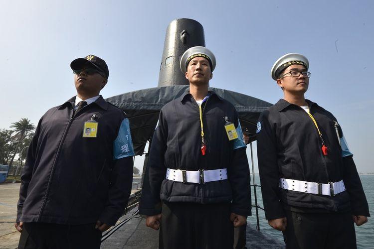 Pelaut Taiwan di depan kapal selam kelas guppy buatan AS di pangkalan Angkatan Laut Tsoying di Kaohsiung, Taiwan selatan, Januari 2017 lalu. Peluang Taiwan membuat kapal selamnya sendiri kini semakin terbuka dengan bantuan perusahaan AS.